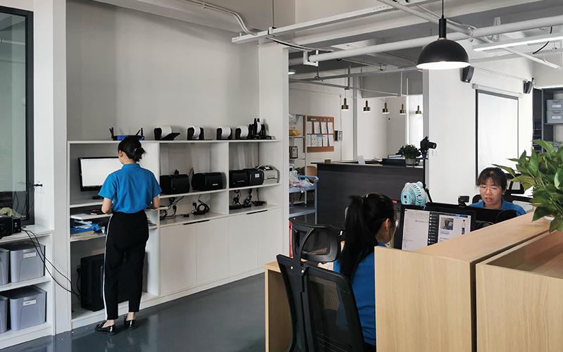 为了保持我们的服务效率,我们拥有自家的标签印刷亭,用以制作所有尺寸和细节的标签。                                  <br>