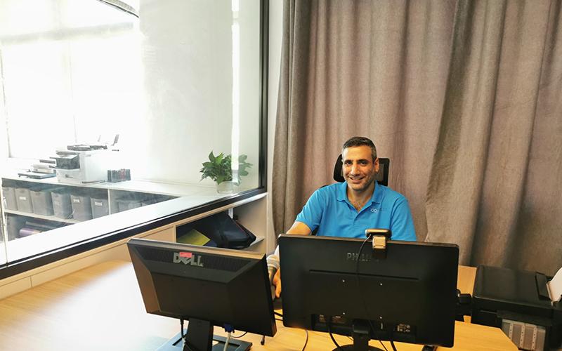 这位是我们公司的首席执行官,Yariv。他善于多任务处理,为人十分的友善。在业务处理方面,他态度认真,并且非常的高效率。