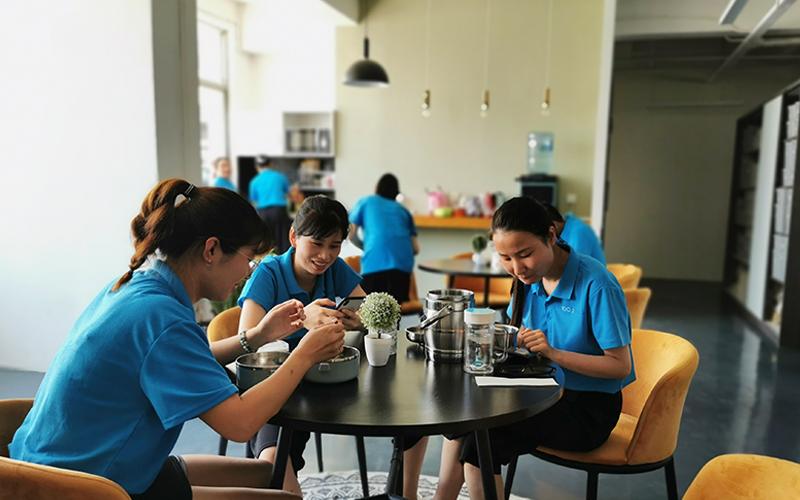 午休期间,大家都和团队聚集,在享受美食的同时,一边聊天一边分享趣事。