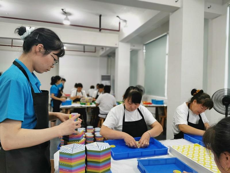 生产和组装团队合作监控生产过程中每一个步骤的产品质量。 <br><br>